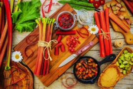 9 przepisów na dania, napoje i desery z RABARBARU