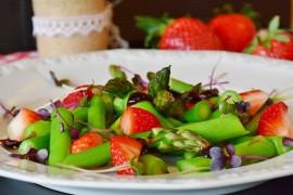 Lekka sałatka ze szparagami, truskawkami i sosem miodowo-cytrynowym