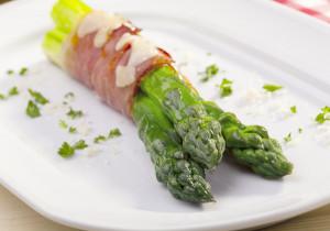 Szparagi w najlepszej postaci – z kozim serem, szynką i świeżym oregano