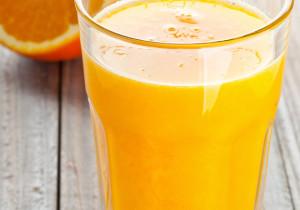 Pyszny sok z marchewki i korzenia pietruszki