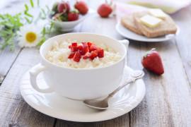 Na szybko: ryż z truskawkami i jogurtem naturalnym