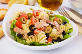 Błyskawiczne danie – makaron z tuńczykiem, oliwkami i pomidorami