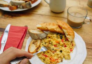 Jajecznica na dwa sposoby – według Pascala i  Gordona Ramsaya