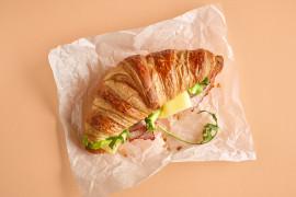 Śniadaniowy rogalik z szynką i serem