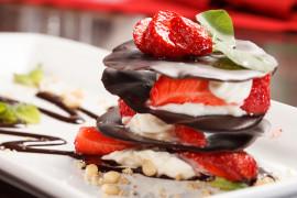 Piramida czekoladowa z bitą śmietaną i truskawkami