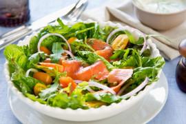 Sałatka na bogato – z łososiem, pistacjami i serem kozim