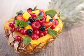Sałatka owocowa podawana w ananasowych połówkach