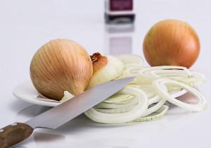 Jak łatwo pokroić cebulę i nie uronić łzy? Nasze rady