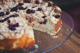 Kruche ciasto z borówkami i budyniową pianką