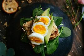 Szybkie i pożywne śniadanie – tost z jajkiem i awokado