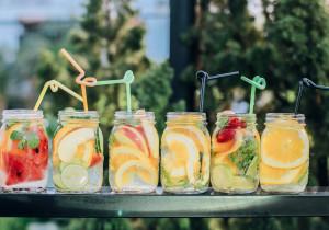 Orzeźwiające smaki na lato – 5 pomysłów na pyszną wodę z owocami
