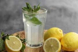 Lemoniada nawadniająca organizm – z sokiem z cytryny i miętowym naparem