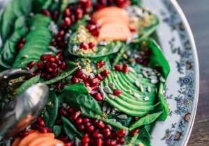 Półmisek sałatkowy – awokado, granat, szpinak, marchew