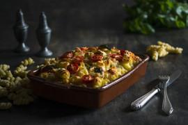 Makaronowa zapiekanka z dodatkiem warzyw i tuńczyka