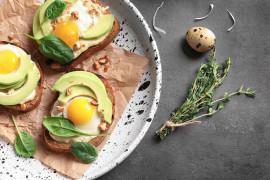 Śniadanie wegetariańskie – tost z jajkiem i awokado
