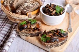 Chrupiące tosty z pieczarkami i kolendrą