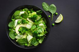 Sałatka na zielono – ze szpinakiem, brokułem i groszkiem