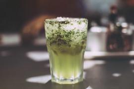 Drink z kruszonym lodem, miętą i wódką