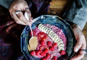 Pełnowartościowe śniadanie – malinowa kasza jaglana z owocami