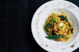 Makaron spaghetti z bobem, boczkiem i oliwkami