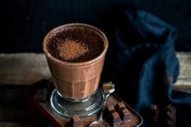 Mrożona kawa z czekoladą i mlekiem sojowym