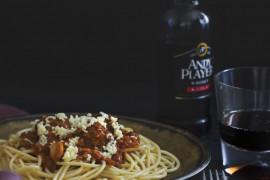 Błyskawiczny obiad: makaron z fetą i pomidorami z puszki