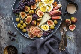 Imprezowa taca z serami, owocami i innymi przekąskami