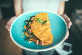 Omlet z jarmużem, kozim serem i orzechami włoskimi