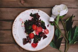 Dietetyczna sałatka z pieczonym burakiem i kaparami