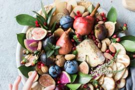 Imprezowa taca z owocami i orzechami