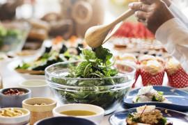 Sałatka na zielono – ze szpinakiem, rukolą, kaparami, jajkiem i papryką