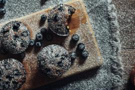 Muffiny z karobem i pieczonym burakiem