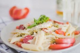 Makaron z parmezanem, salami i pomidorami