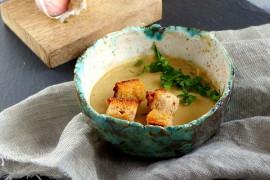 Kremowa zupa z czosnku z grzankami