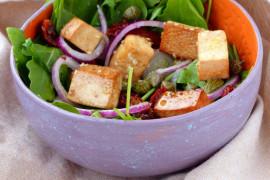 Błyskawiczna sałatka z tofu i rukoli