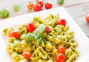 Makaron w warzywami i serkiem topionym