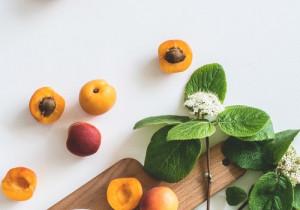4 najlepsze sposoby na czyszczenie drewnianej deski do krojenia