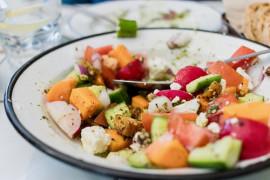 Sałatka z batatem, fetą, rzodkiewką, pomidorami