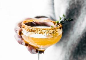 Orzeźwiający drink brzoskwiniowy z ananasem