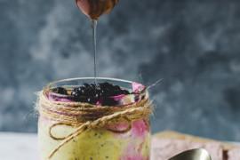Zdrowy deser z awokado i pieczonym burakiem