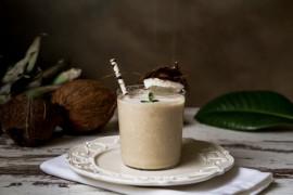 Orzeźwiający koktajl czekoladowy z kokosem i mrożonym bananem