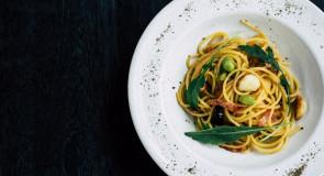 Makaron z brokułami, anchovies i pomidorami suszonymi