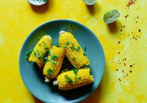Kukurydza z sokiem z limonki, chili i pietruszką