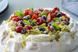 BEZA PAVLOVA- jak udekorować ciasto? 10 inspiracji