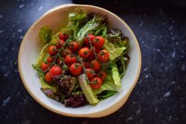 6 pomysłów na sałatkę z pomidorami świeżymi lub suszonymi