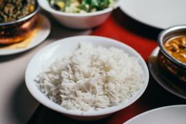 Jak wykorzystać wodę po ugotowanym ryżu? 3 wskazówki