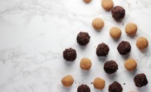 Słodkie kuleczki z ciasteczek i kajmaku