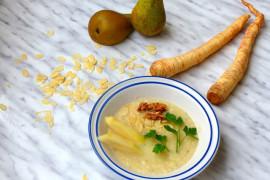 Lekka zupa z gruszki i korzenia pietruszki z migdałami
