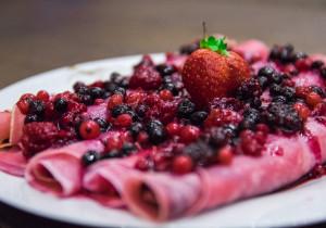 Czerwone naleśniki z owocami